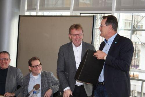 BU M.Baaß(2.v.rechts) bedankt sich mit Weinpräsent bei M.Heinz