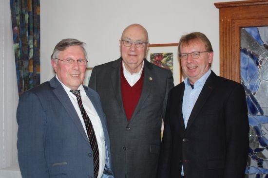 Fraktionsvorsitzender verabschiedet Helmut Beck(Bild Mitte) rechts Matthias Baaß, links Udo Scheuermann