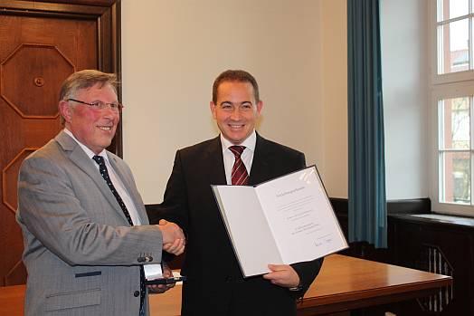 Staatssekretär Dr. Hannes Kopf (re) bei der Überreichung der Verleihungsurkunde